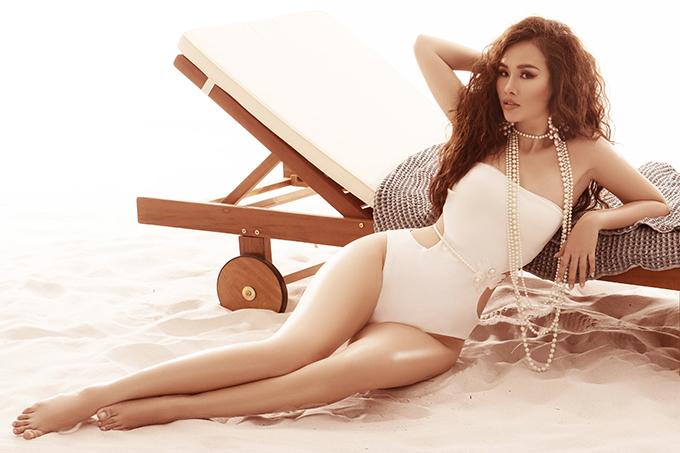 Thanh Trang cho biết,cô thường chọn những mẫu trang phục đơn sắc, bó sát, co giãn để vừa tôn dáng vừa tránh hớ hênh khi vui đùa trên biển.