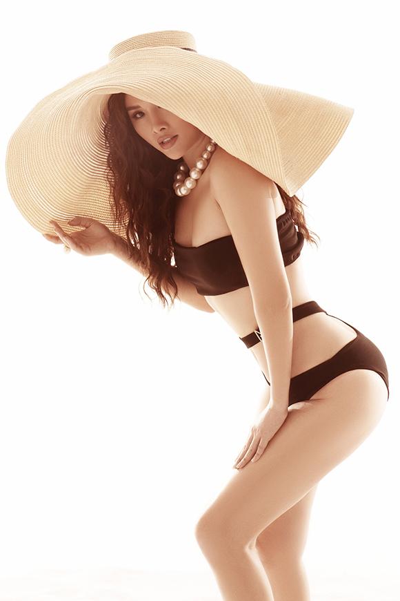 Sở hữu vòng 3 lên tới 102 cm, Thanh Trang rất tự tin khi mặc những trang phục tôn đường cong. Bikini cut-out với những khoảng hở lớn làm nổi bật lợi thế hình thể của người đẹp.