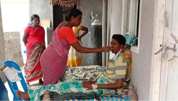 Gandham hiện tiếp tục điều trị theo lời khuyên của bác sĩ tại nhà. Ảnh: Mirror.
