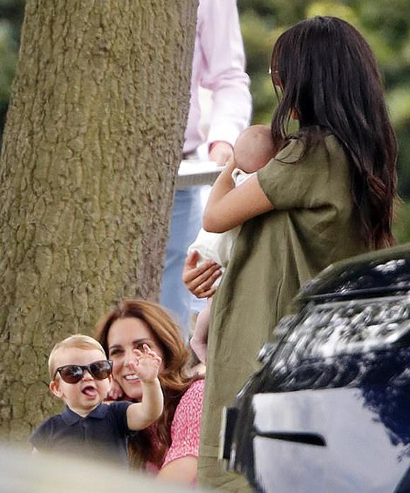 Hoàng tử Louis đeo kính râm, trêu em họ Archie hôm 10/7. Ảnh: Max Mumby.