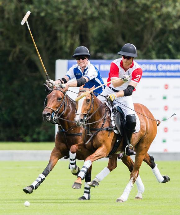 Hoàng tử William (trái) và Hoàng tử Harry (phải) đối đầu trong trận polo gây quỹ từ thiện hôm 10/7. Ảnh: WireImage.