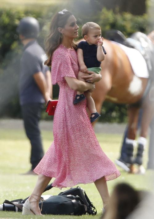 Hoàng tử Louis nghiện mút ngón cái giống chú Harry