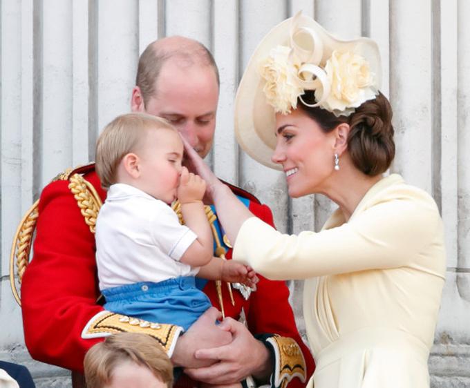Hoàng tử Louis nghiện mút ngón cái giống chú Harry - 2