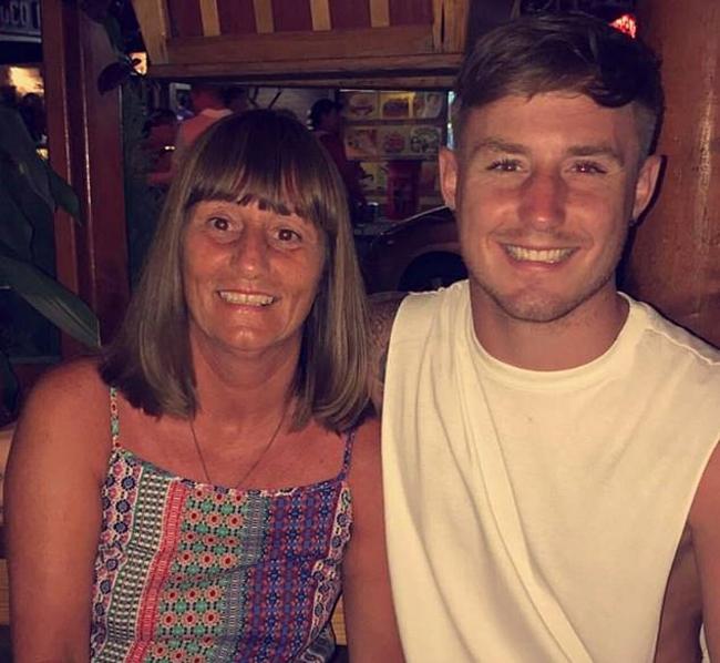 Tracy và con trai Joshua (23 tuổi) trong chuyến đi chơi ở Ai Cập, trước khi tai nạn xảy ra hồi tháng 6/2015. Ảnh: FB.