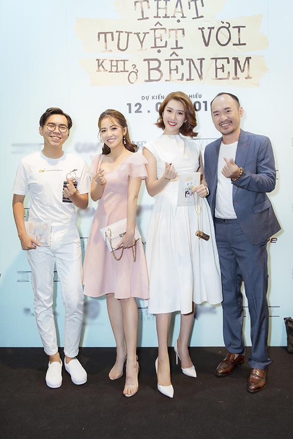 Thúy Ngân chụp hình cùng diễn viên Tiến Luật (vest xám), MC Puka (váy hồng) và một người bạn.