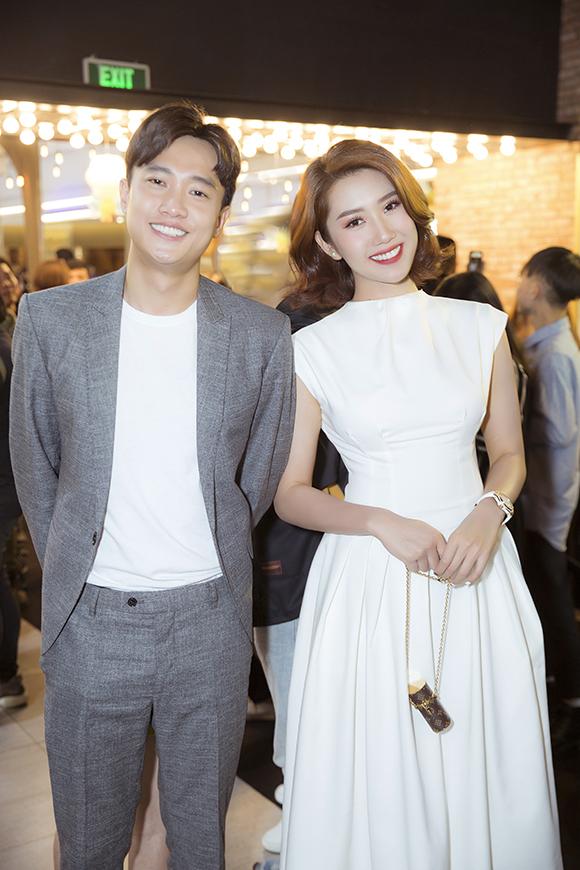 Tại sự kiện, nữ diễn viên vui vẻ hội ngộ người đồng nghiệp thân thiết Quốc Trường - anh chàng Vũ bị khán giả ghét cay ghét đắng trong phim Về nhà đi con.