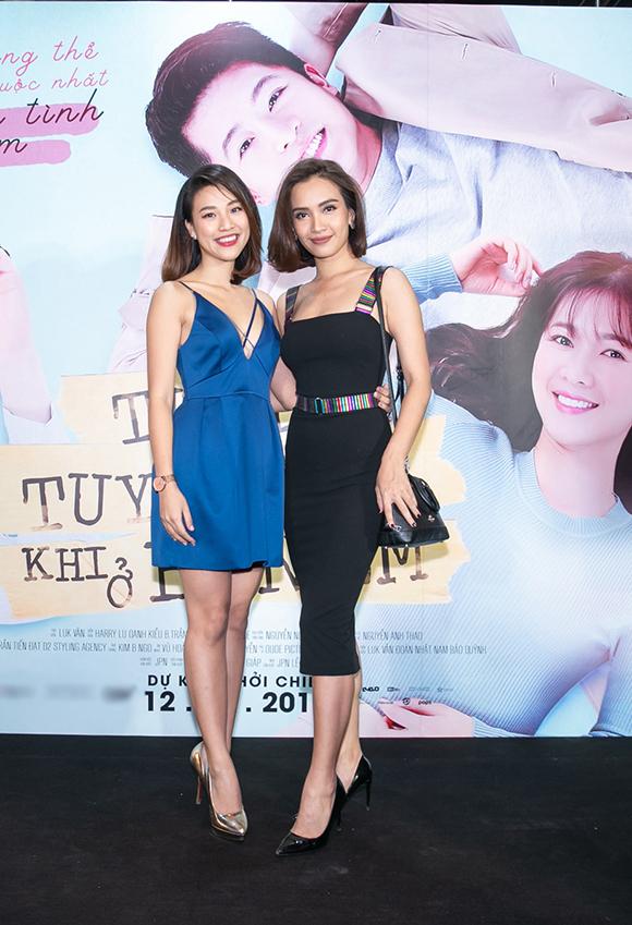 Đôi bạn thân Á hậu - MC Hoàng Oanh (trái) và ca sĩ Ái Phương rủ nhau đi xem phim của Harry Lu.