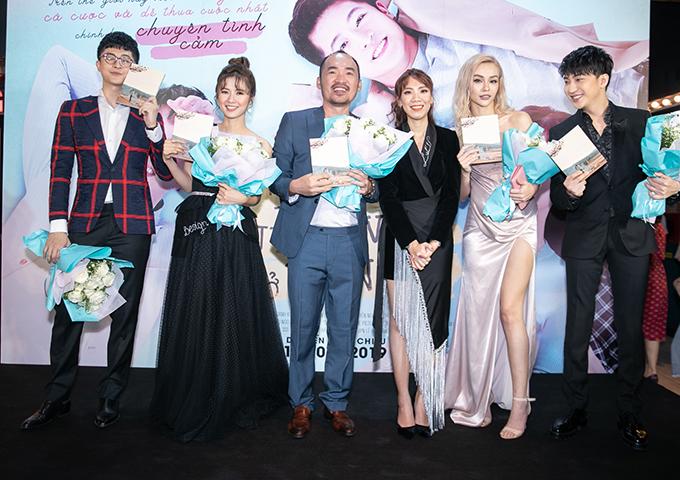 Từ trái qua: Harry Lu, Oanh Kiều, Tiến Luật, đạo diễn Luk Vân,MLee và B Trần - những thành viên trụ cột của bộ phim.