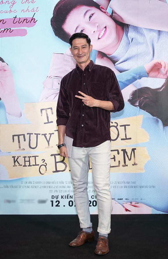 Huy Khánh bảnh bao đi xem phim một mình.