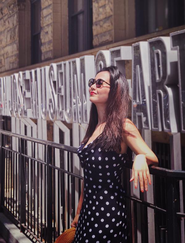 [Caption] Sau khi hoàn tất công việc ở quê nhà thì nữ ca sĩ lại nhanh chóng lên đường sang Mỹ lưu diễn. Lần này cô biểu diễn diễn 3 chương trình ở 3 thành phố khác nhau, kéo dài gần 1 tháng. Ngoài ra, Võ Hạ Trâm còn được BTC cho đi tham quan rất nhiều bang khác trong chuyến hành trình này.