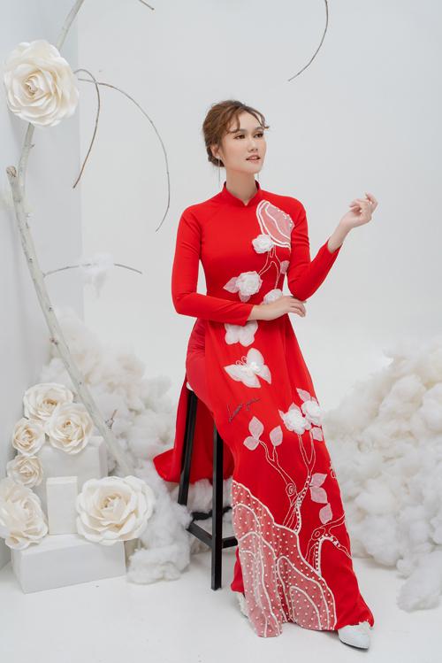 Tà áo mang phom dáng truyền thống được kết hợp với quần lụa đỏ cùng tông.