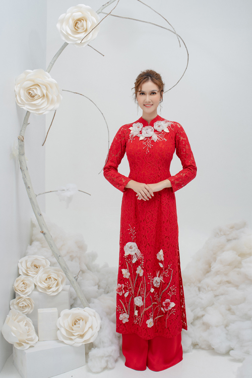 2. Áo dài ren điểm hoaTà áo dài ren có họa tiết hoa thêu nổi, hoa 3D mô phỏng khu vườn mùa hạ bung tỏa sắc hương, giúp diễn tả vẻ đẹp của cô dâu đang độ xuân thì.