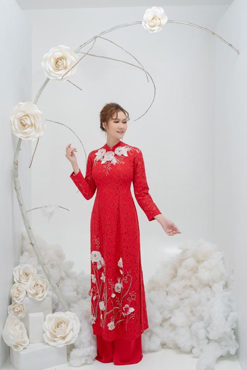 Đội ngũ thiết kế đính thêm hạt cườm, hạt đá, lông vũ để điểm xuyết cho những đóa hoa, tôn vẻ kiều diễm của cô dâu.
