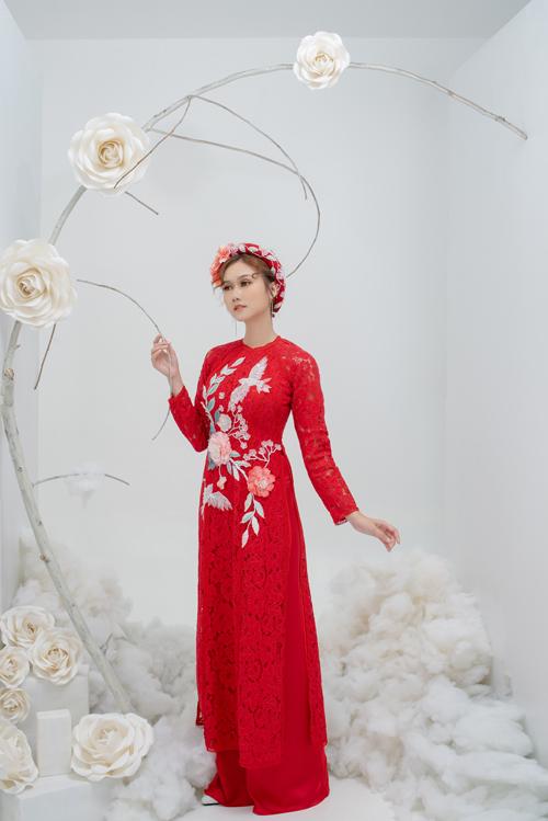 3. Áo dài ren có hình đôi chim uyên ươngHọa tiết trên thân áo là biểu tượng cho tình yêu, sự gắn kết giữa tân lang và tân nương trên nền ren hoa hồng.