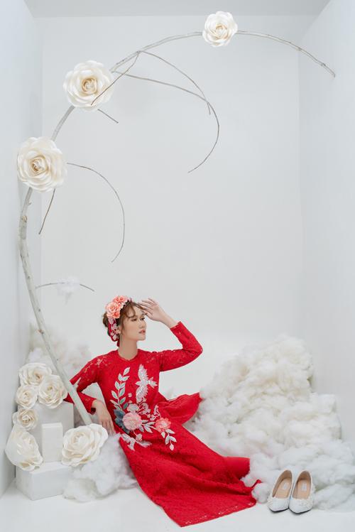 Cô dâu có thể đội mấn đính hoa nổi tạo sự nhất quán trong trang phục, làm tăng vẻ nổi bật trong ngày hỷ.