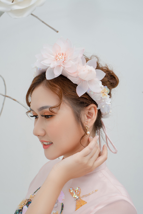 Mấn được kết hợp với áo được điểm hoa sen 3D, tạo sự hài hòa cho trang phục.