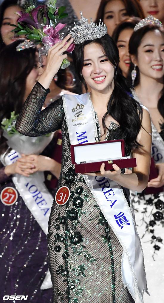 Kim Se Yeon hôm 11/7 đăng quang Hoa hậu Hàn Quốc, trong đêm chung kết diễn ra tại Hội trường Hòa bình tại Đại học Kyunghee ở Dongdaemun-gu, Seoul, Hàn Quốc. Cô gái năm nay 20 tuổi, sở hữu gương mặt đẹp nhẹ nhàng, thanh thoát. Ngay sau khi giành vương miện, cô nhận được nhiều lời khen vì vẻ đẹp tự nhiên.