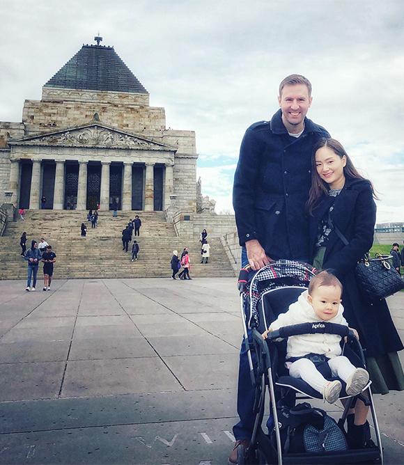 Chồng cô thích tự lái xe vì muốn thoải mái dừng lại ở những địa điểm du lịch nổi tiếng.Đối với chồng Lan Phương, đây là thành phố đặc biệt vì anh đã sống ở đósuốt hơn 10 năm đầu đời.