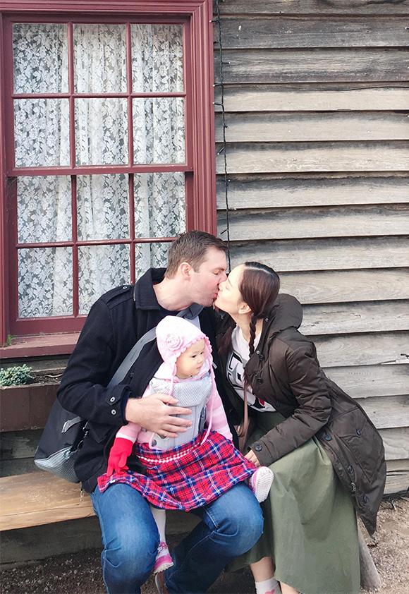 Ông xã và bố mẹ chồng của Lan Phương rất hào hứng khi đưa bé Lina đi thăm thú những nơi mà David từng gắn bó khi còn nhỏ.