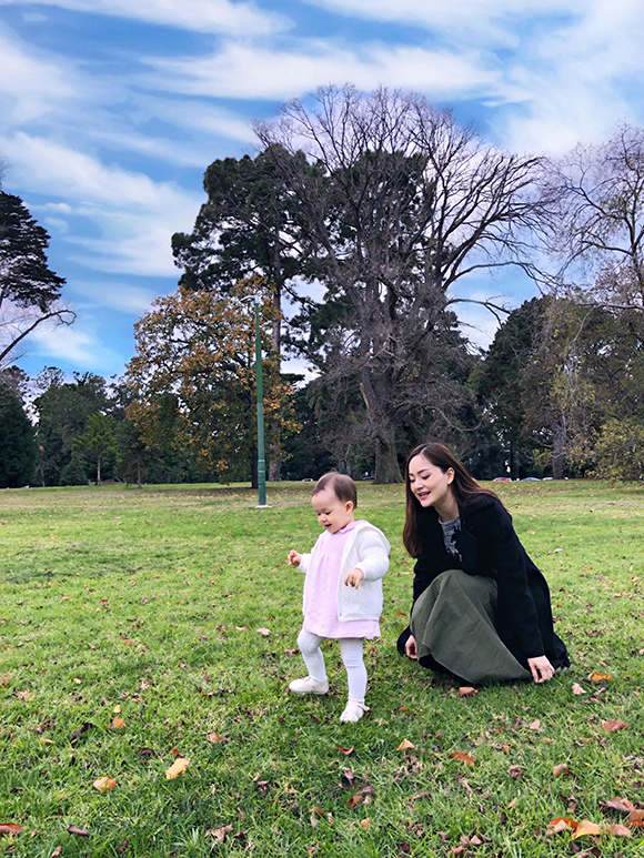 Con gái Lan Phương tỏ ra rất thích thú khi được khám phá thiên nhiên và nô đùa cùng bố mẹ và ông bà. Lina vừa tròn 1 tuổi hồi tháng 5 vừa qua.