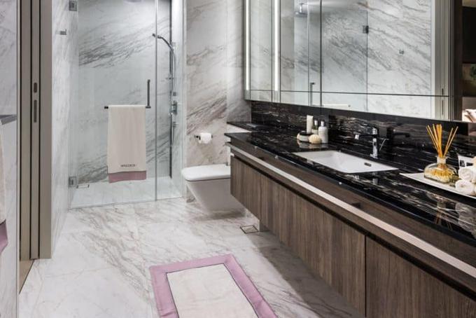 Phòng tắm được thiết kế trang nhã, gam màu trắng sáng lót đá cẩm thạch cao cấp.