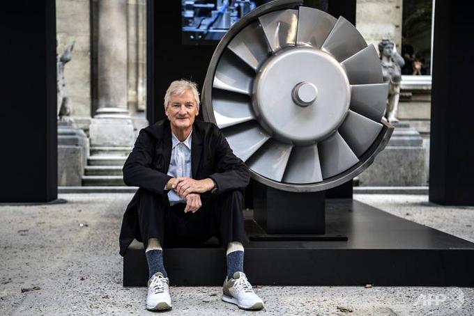 Tỷ phú Anh James Dyson, nhà sáng lập công ty công nghệ Dyson và vợ Deirdre đã mua một căn hộ áp mái tại Wallich Residence, Singapore với thời hạn 99 năm. Đây được coi là căn hộ đắt giá nhất tại Singapore với giá bán lên tới 73,8 triệu SGD (tương đương 54,4 triệu USD) . Thương vụ diễn ra chỉ vài tháng sau khi Dyson chuyển trụ sở công ty mình sang Singapore. Theo thông báo được niêm yết trên trang chủ của công ty sở hữu bất động sản, tòa nhà này có giá 108 triệu SGD, tương đương 79 triệu USD.