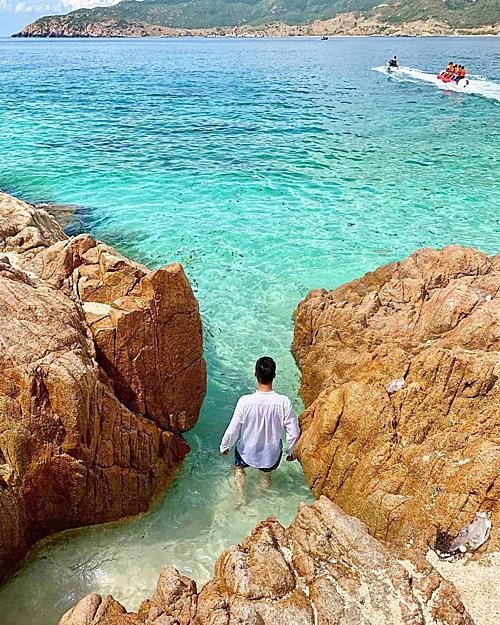 Bãi biển Bình Tiên xanh trong tận đáy, biển không sâu, bạn có thể thoải mái lội bộ dọc theo bờ biển. Chỉ cần nước ngang ngực là đã thấy san hô dưới chân. Bình Hưng còn được nhớ tới bởi những rặng đá hình thù kỳ lạ, sống động nằmbên bờ biển. Ảnh: sontungg.ph