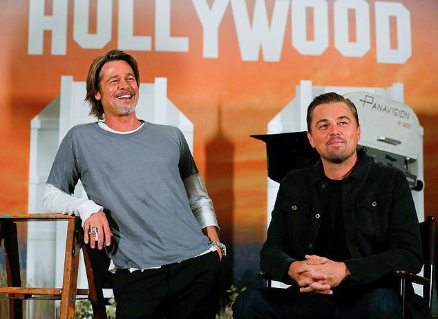 Brad Pitt vui vẻ hội ngộ với Leonardo DiCaprio - bạn diễn ăn ý trong phim Once Upon a Time in Hollywood (Chuyện ngày xưa ở Hollywood). Hai tài tử gặp gỡ cả ê-kíp tại khách sạn Four Seasons ở Beverly Hills, Los Angeles hôm thứ 5 để chụp hình quảng bá phim.