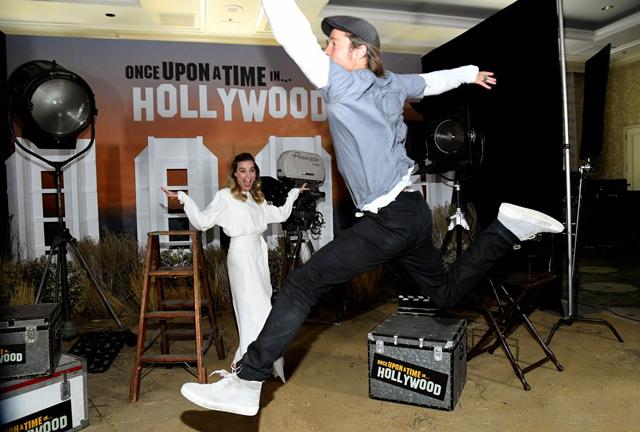 Brad Pitt nhảy loăng quăng trước ống kính máy ảnh, trêu đùa cô bạn diễn Margot Robbie.