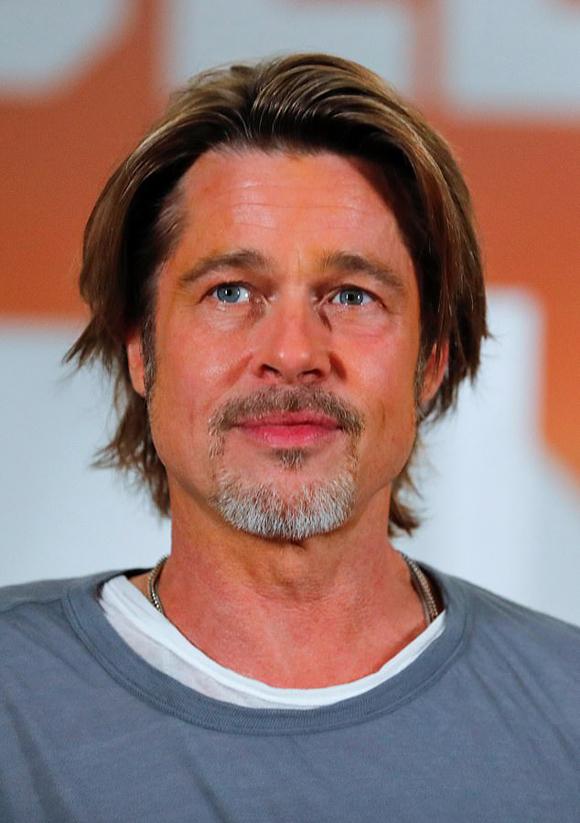 Brad Pitt thủ vai diễn viên đóng thế cho Leonardo DiCaprio trong phim. Tài tử nhận được cát-xê 10 triệu USD cho vai diễn này.