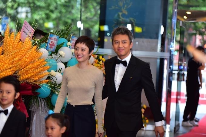 Hôm 11/7, Đặng Siêu tổ chức ra mắt phim Lớp bổ túc Ngân Hà do anh đóng chính và đồng đạo diễn với Du Bạch My. Tôn Lệ dù đang bận rộn quay phim truyền hình mới cũng có mặt ủng hộ ông xã.