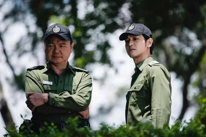 Ngải Uy (trái) nhiều năm quen mặt với các vai phụ trong phim TVB. Anh thể hiện nhân vật quản ngục tắc trách, mê tiền trong P Storm.