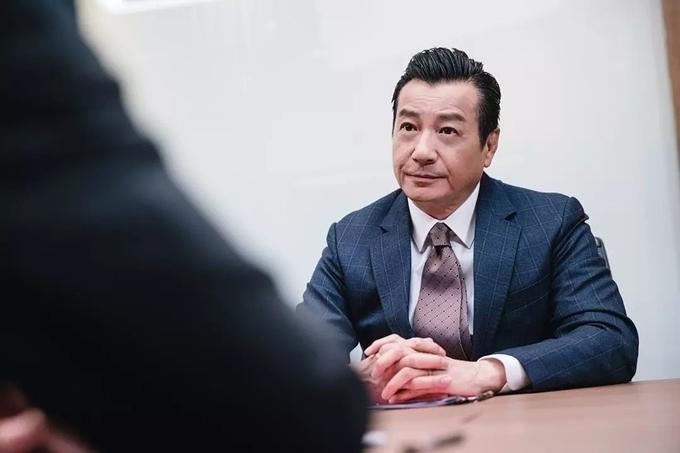 Nghệ sĩ gạo cội Thạch Tú cũng là gương mặt thân quen với người hâm mộ phim TVB. Góp mặt trong phim P Storm, một lần nữa ông thể hiện phong thái đạo mạo của cảnh trưởng Hong Kong.