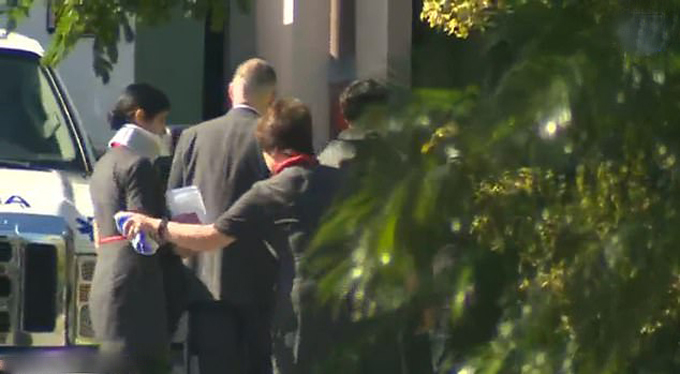 Một tiếp viên của hãng Air Canada bị thương phải nẹp cổ sau sự cố hôm 11/7. Ảnh: HawaiiNews Now.