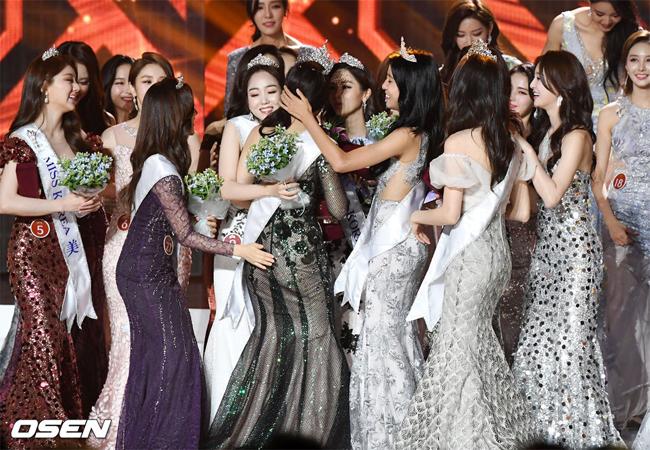 Kim Se Yeon nhận được nhiều lời chúc mừng của các thí sinh khác.