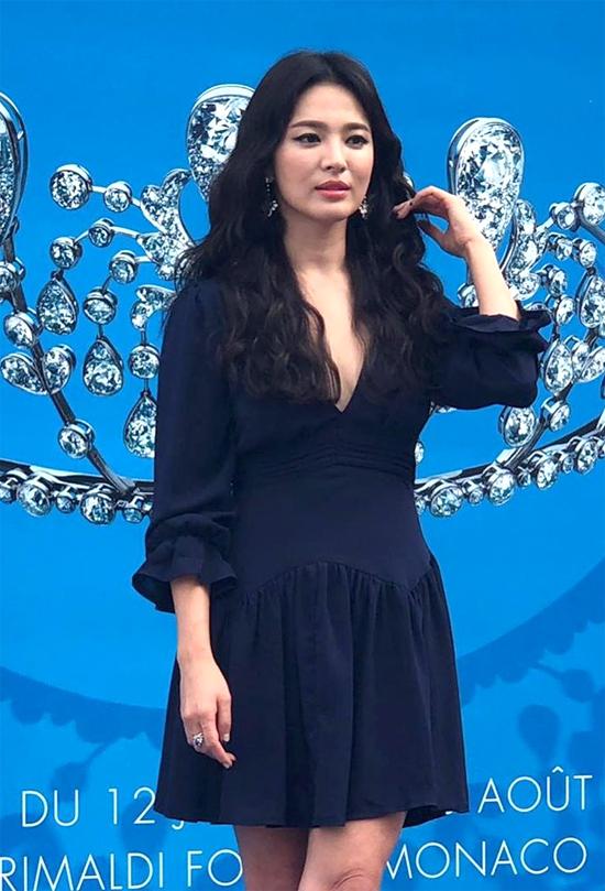 Song Hye Kyo thay váy đen khi sự hoạt động của thương hiệu.