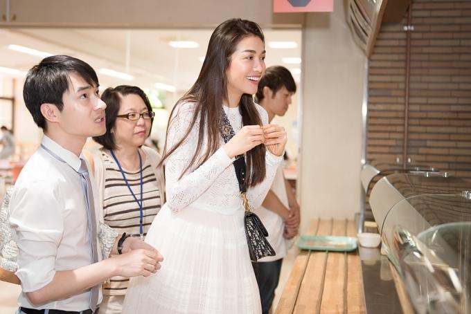 Á hậu Lệ Hằng ăn cơm ký túc xá tại Nhật