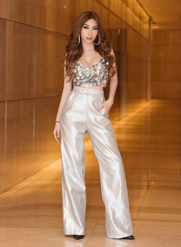 Khổng Tú Quỳnh gây chú ý khi mặc áo crop-top lấp lánh đi sự kiện. Cô sắp tái xuất màn ảnh nhỏ, sau thời gian im ắng, ít hoạt động.