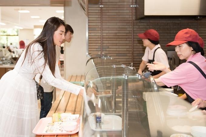 Á hậu Lệ Hằng ăn cơm ký túc xá tại Nhật - 1