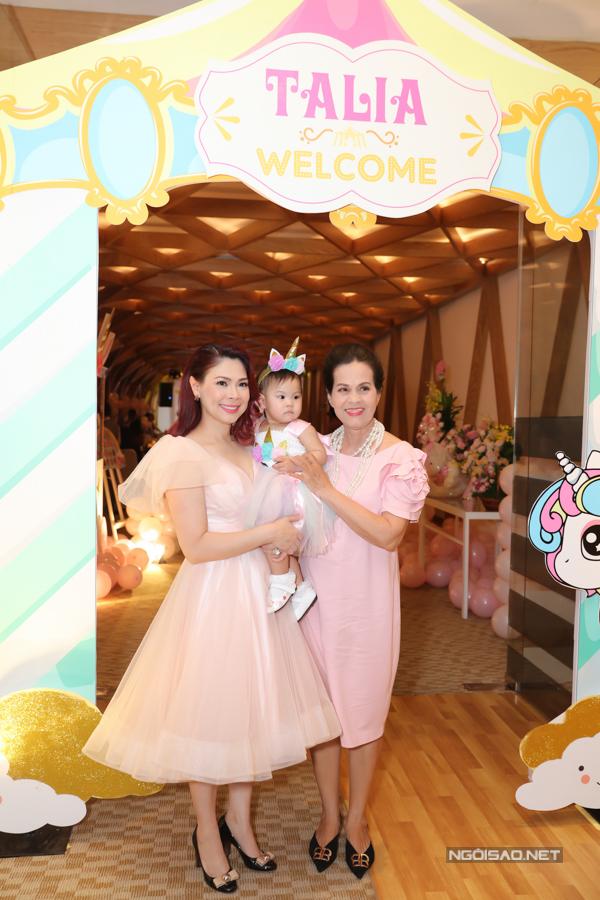 Mẹ Thanh Thảo có mặt bên con gái và cháu ngoại.
