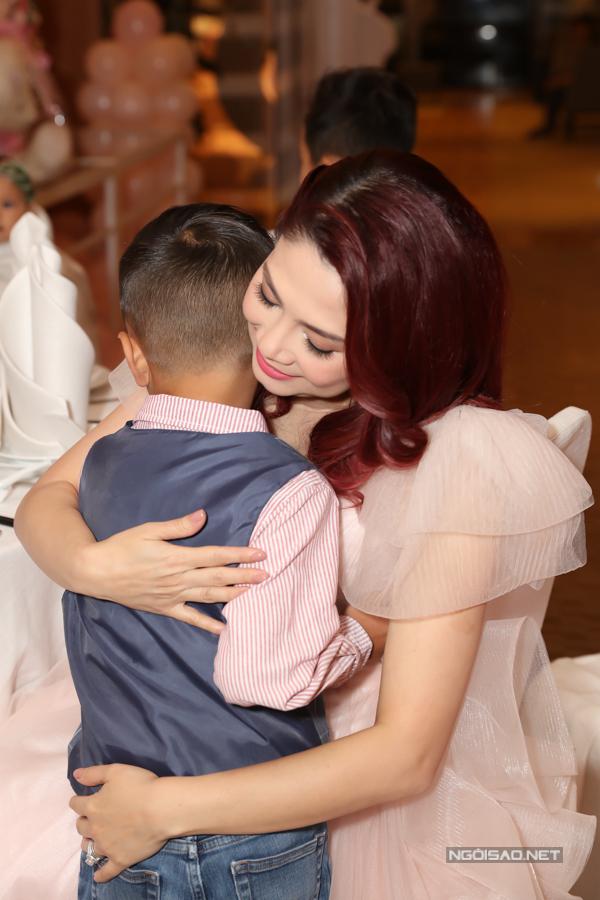 Con nuôi đồng thời là cháu ruột của nữ ca sĩ - bé Jacky vẫn được mẹ thương yêu dù có thêm em gái.