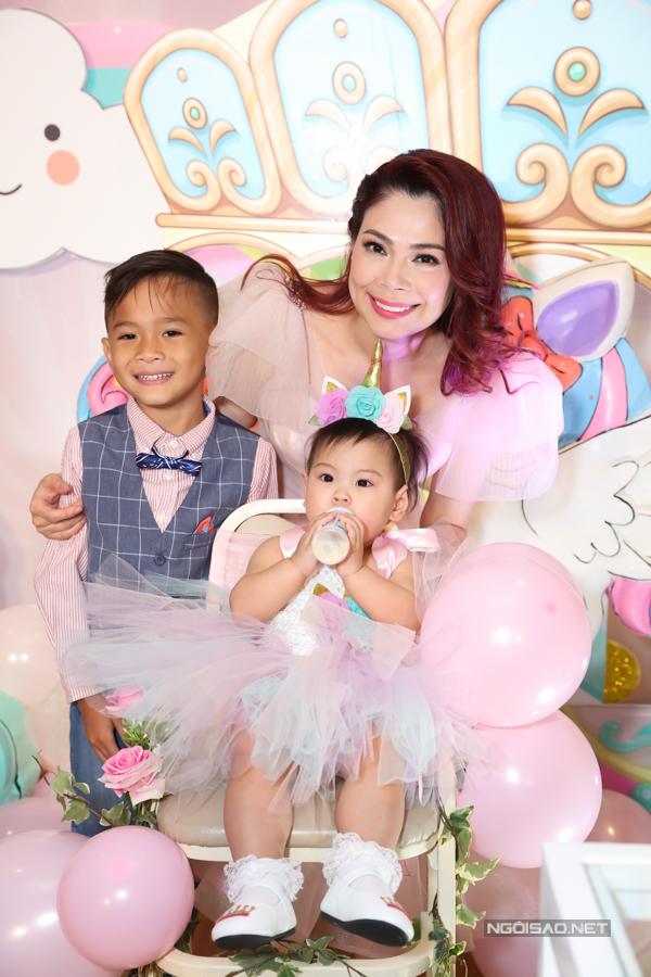 Thanh Thảo rạng rỡ hạnh phúc bên hai con. Chồng cô - doanh nhân Tom Han - bận công việc ở Mỹ nên không thể về dự thôi nôi con gái.