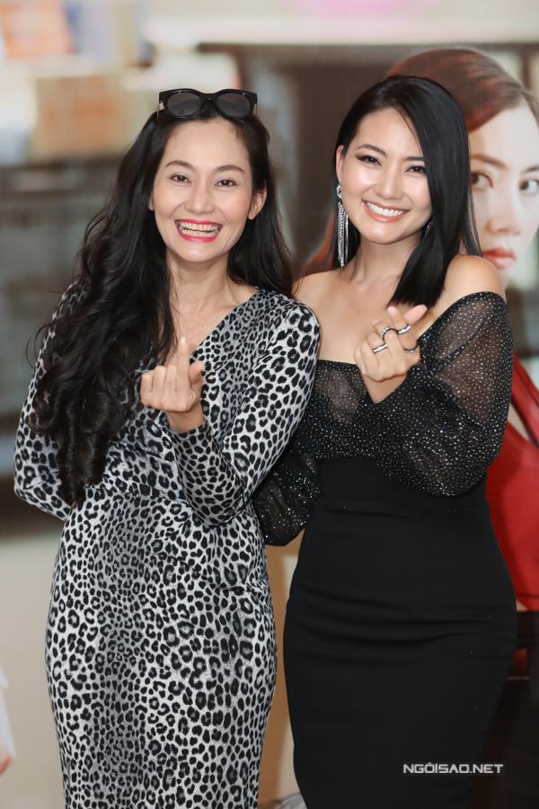 Ngọc Lan khoe vai trần chụp ảnh cùng diễn viên Hạnh Thúy tại sự kiện chiều 12/7.