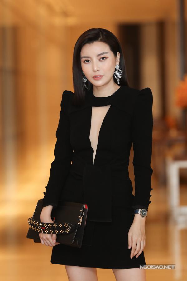 Cao Thái Hà diện váy ngắn xẻ cổ sâu tôn làn da trắng. Nữ diễn viên thủ vai một cô gái cá tính, chỉ yêu bản thân mình.