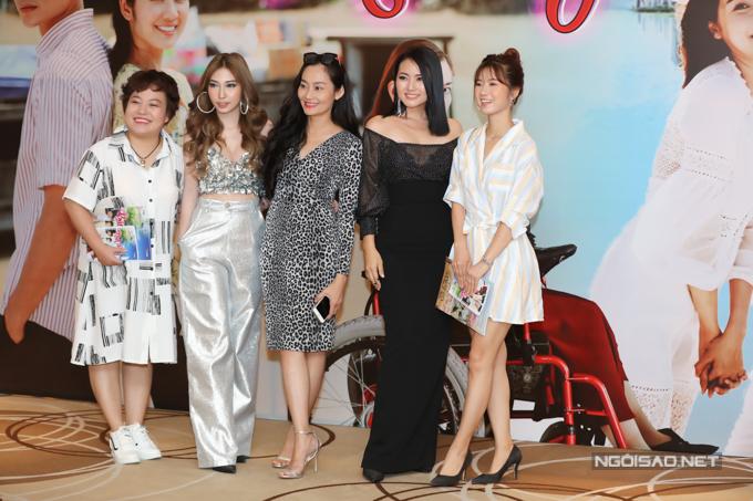 Từ trái qua: diễn viên Lê Trang, Khổng Tú Quỳnh, Hạnh Thuý, Ngọc Lan và Oanh Kiều chụp ảnh tại buổi ra mắt phim truyền hình Bán chồng.