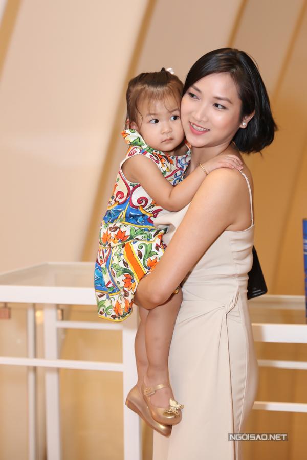 Yến Phương - vợ Lam Trường bế con gái tới chung vui với mẹ con Thanh Thảo.