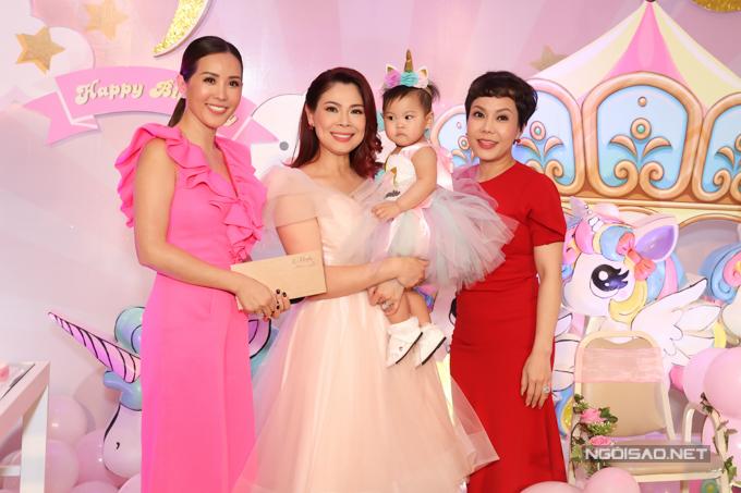 Hoa hậu Thu Hoài trẻ trung khi diện váy hồng điệu đà đi tiệc.