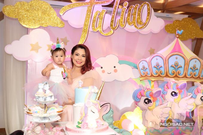 Búp bê trang trí tiệc sinh nhật con gái với tông hồng chủ đạo.