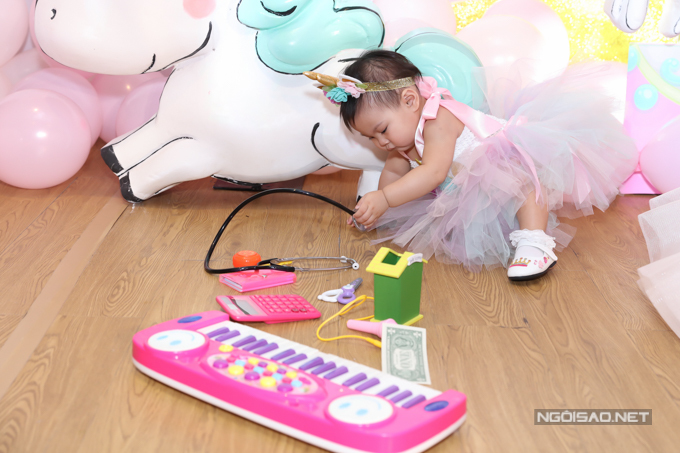 Theo phong tục truyền thống em bé sẽ chọn một đồ vật trong ngày thôi nôi - dấu hiệu dự đoán nghề nghiệp tương lai của bé. Con gái Thanh Thảo tỏ ra thích thú khi nhìn thấy ống nghe của bác sĩ.