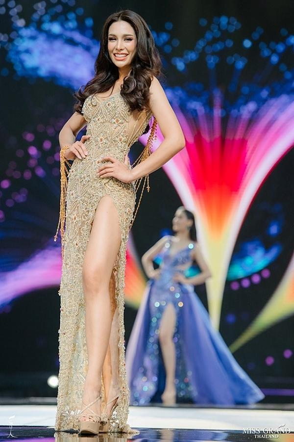 Coco Araya Supaturk năm nay 25 tuổi, cao 1,73m, từng đoạt Á hậu 1 Hoa hậu Thế giới Thái Lan2011, tham gia The Face Thái Lan 2015 (đội huấn luyện viên Lukkade).